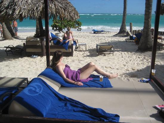 TRS Turquesa Hotel: Relaxing on the private beach