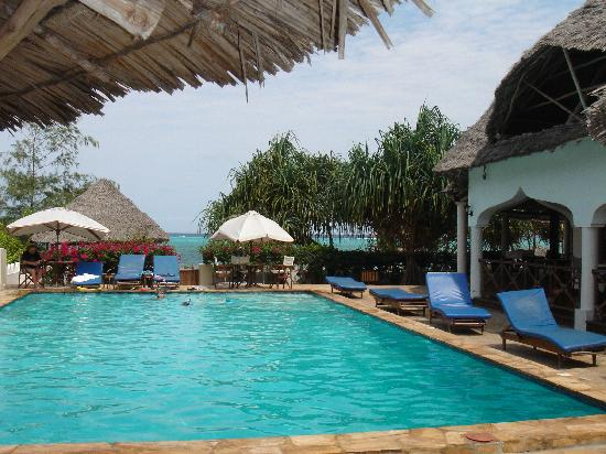 Zanzibar Retreat Hotel: View from pool area out toward beach