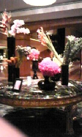 Regent Singapore, A Four Seasons Hotel: エントランスラウンジのランの花