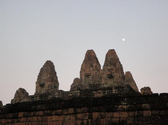 Happy Angkor Wat Tour: Moon rise on top of Pre Rup