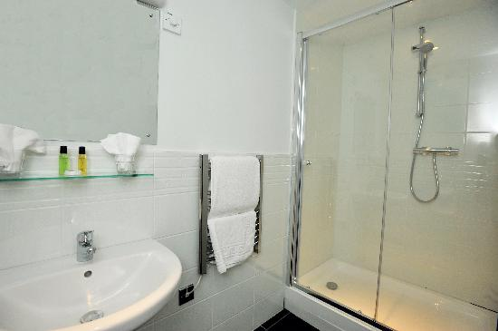 Three Queens Lodge: En-Suite Bathroom