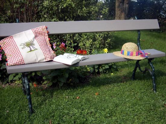 Sous Le Charme B&B: Repos dans le jardin