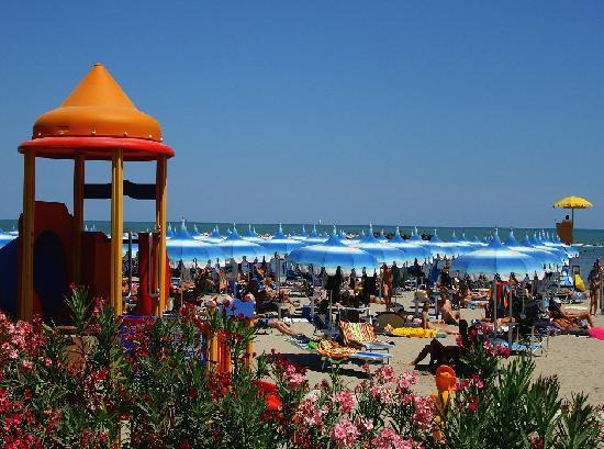 Savignano a Mare, Italien: Private beach with free umbrella - Spiaggia privata con ombrellone gratuito