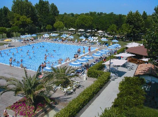 Savignano a Mare, Italien: Swimming pools and a large solarium area - Piscine con ampio solarium