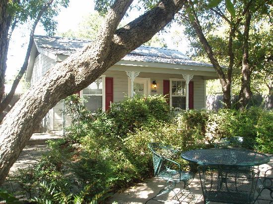 All Seasons Main Street Retreat: Peaceful courtyard