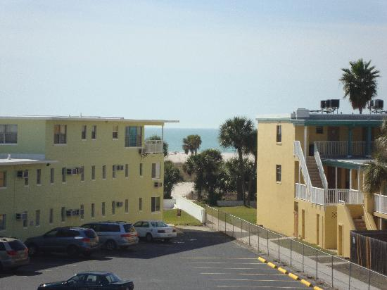 Cheri Lyn Motel: We are located directly across the street from beach access