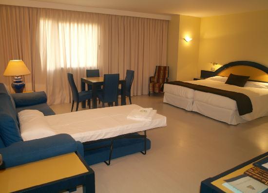 Habitacion doble ba o fotograf a de hotel palacio del for Hoteles con habitaciones dobles comunicadas