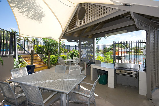Moorings on Cavill Avenue: Family BBQ area