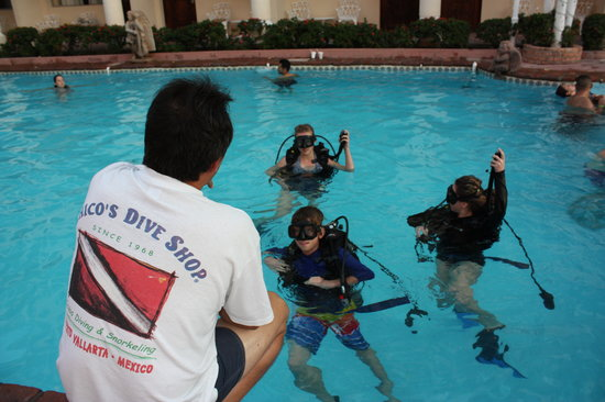 Chico's Dive Shop: Roberto teaching kids