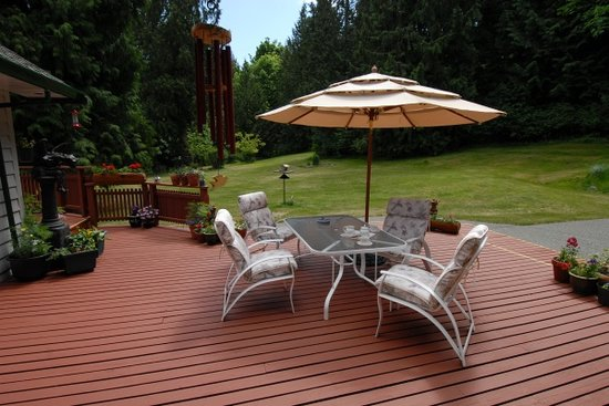 Cobble House Bed & Breakfast: Relax on our flower filled deck