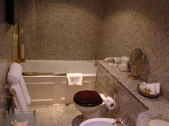 Egerton House Hotel: Bathroom - room # 34