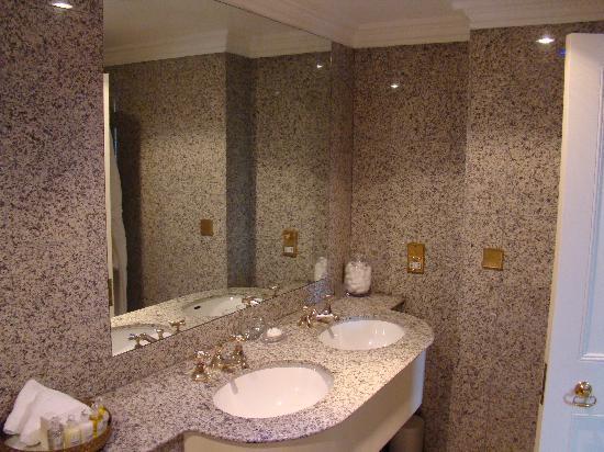 Egerton House Hotel: Batheroom - room # 34