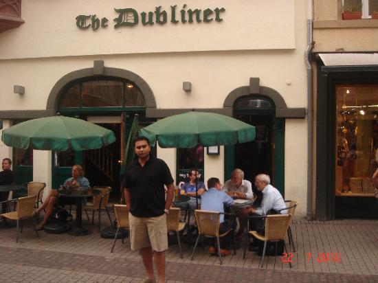 The Dubliner Hotel and Irish Pub: Outside the pub