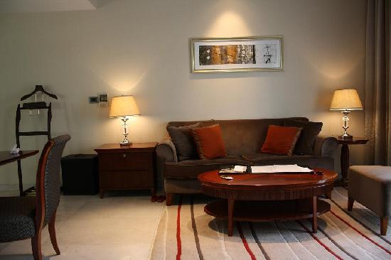 Marriott Suites Pune: Drawing room area
