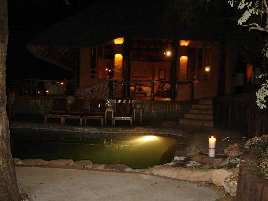 Makalali Private Game Reserve, Sydafrika: The pool at night