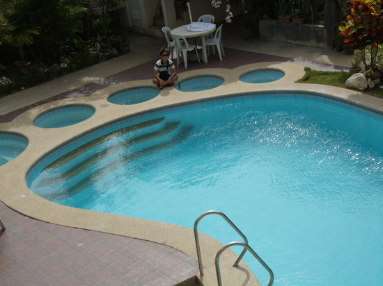 Apartelle de Francesca: foot-shaped pool with jacuzzi