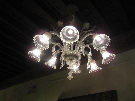 Pensione Accademia - Villa Maravege : Chandelier in first floor lounge