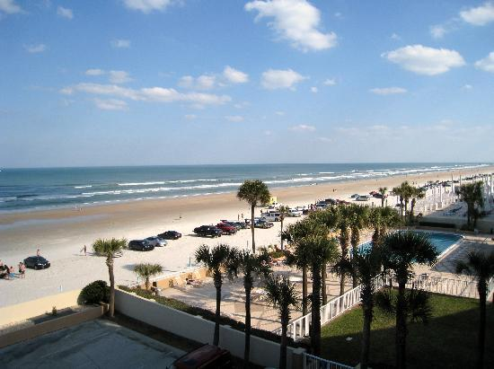 Holiday Inn Hotel & Suites Daytona Beach: View of the beach from our balcony
