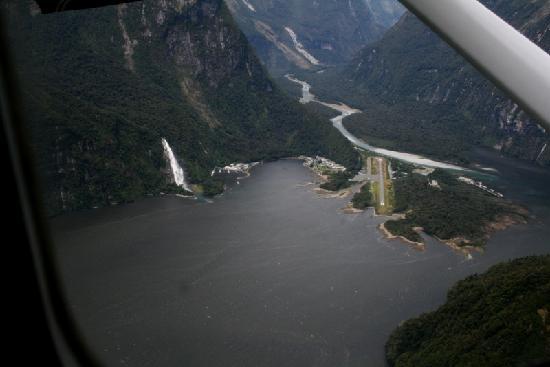 Milford Sound Fly - Cruise - Fly: Milford aus der Luft