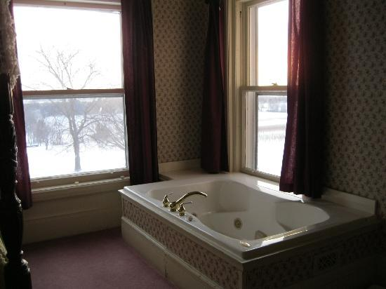 White Springs Manor: The jacuzzi