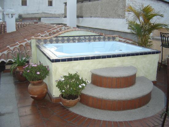 D'Leyenda Hotel: Rooftop jacuzzi