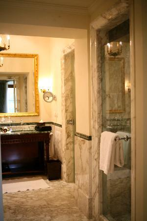 Four Seasons Hotel Firenze: part of bathroom