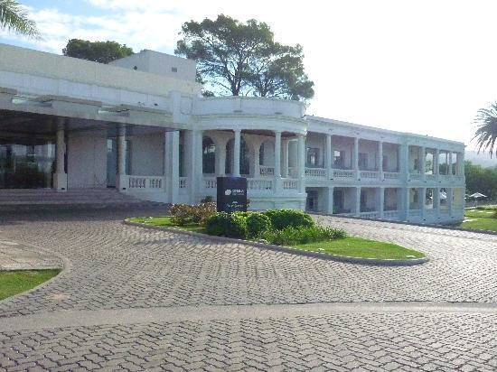 Howard Johnson Sierras Hotel and Casino: Fachada principal del Hotel desde el parque