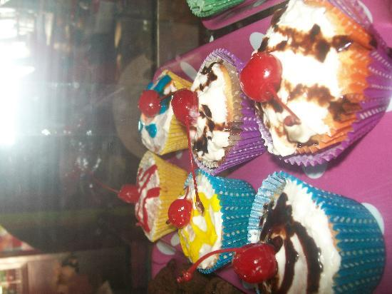 Kika's Caribbean Creamery: gooey cupcakes
