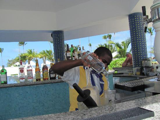 Iberostar Grand Hotel Bavaro: bartender action