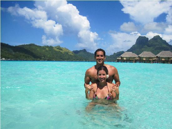 Bora Bora Pearl Beach Resort & Spa: Disfrutando en el agua con mi esposa