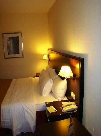 Motel Plus Frankfurt am Main: Courtyard Frankfurt NordWestZentrum - standard double room