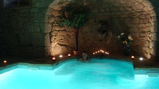 La superbe piscine souterraine id al pour se relaxer for Piscine desjoyaux quimper