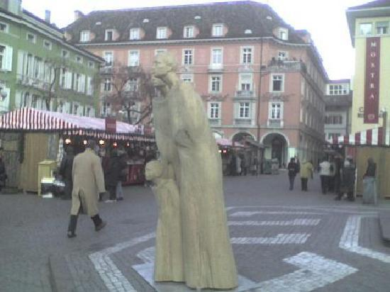 Bolzano (Bozen), Italien: le statue di legno in piazza