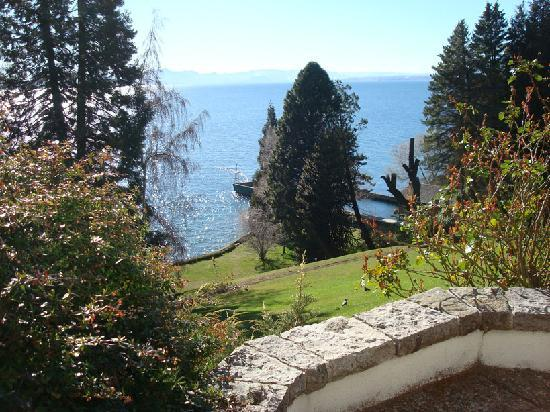 La Cascada Hotel: Photo of hotel's backyard and the Nahuel Huapi lake