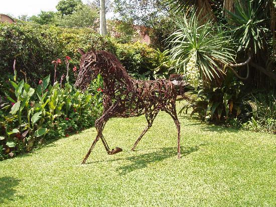 Los Artistas B & B: Horse-metal sculpture