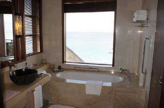 Shangri-La's Boracay Resort & Spa: Villa Bathroom