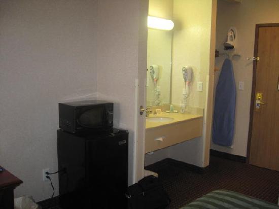 Comfort Inn Warrensburg Station : microwave and fridge