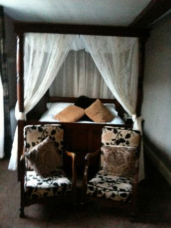 Guildhall Tavern Hotel & Restaurant: four poster bed