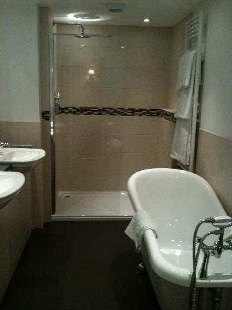 Guildhall Tavern Hotel & Restaurant: big double bathroom