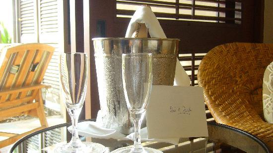 Four Seasons Resort Hualalai: Bubbly in our room upon arrival