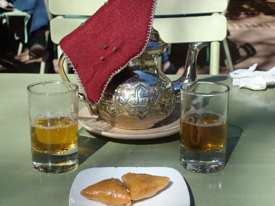 Cafe Jardin Majorelle Marrakech: thé á la menthe et gateaux au miel