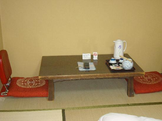 Hotel Iida: Sitting area for a cup of hot green tea and mochi