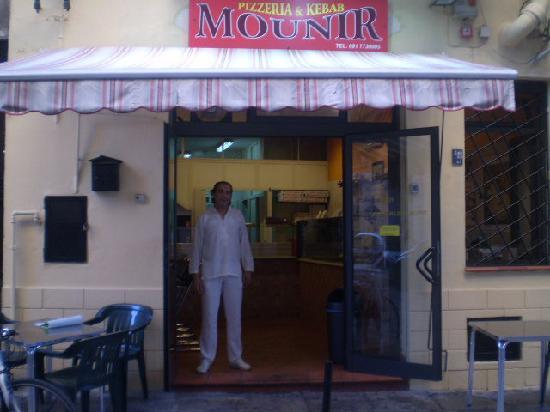 Mounir - Pizzeria & Kebab: L'entrata della pizzeria & kebab Mounir