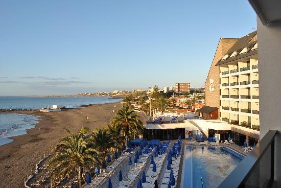Dunas Don Gregory: Vista a la piscina y a la playa desde la habitación