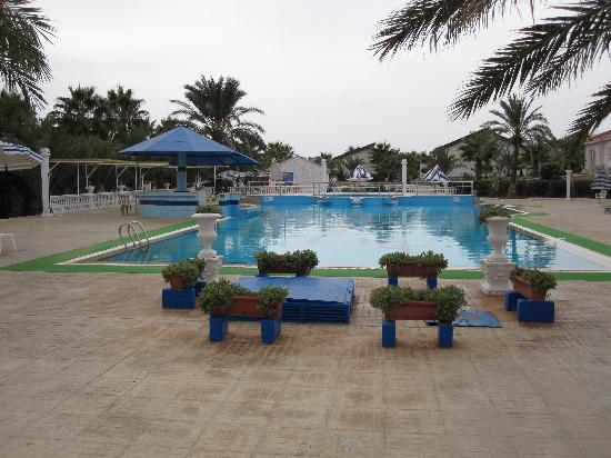 Long Beach Resort: pool area