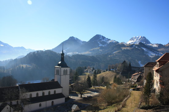 Gruyères, Suiza: View to the castle cathdral