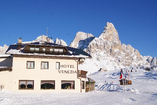 Passo Rolle, Italië: one of the entrances to the hotel