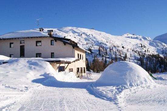Passo Rolle, İtalya: the back with igloo!