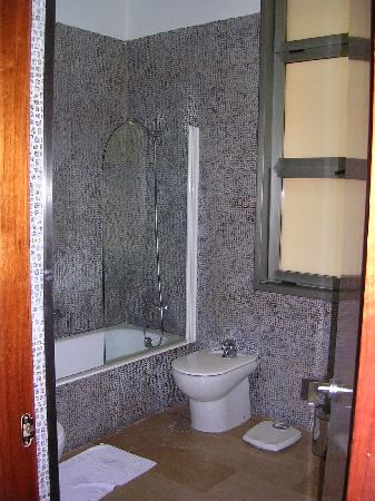 H10 Raco Del Pi: roomy bathroom with great water pressure and lovely tilework