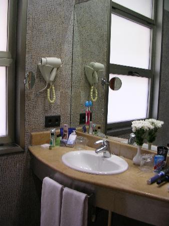 H10 Raco del Pi: roomy bathroom